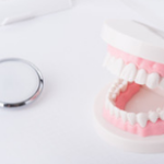 歯科矯正のリテーナー専用洗浄剤を3つ試した結果。おすすめはAmazonで購入したポリデント。頻度は毎日、ケースはコップで使用中