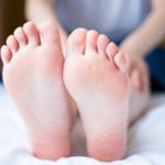 温めて血行促進しても取れない脚のむくみは、逆に冷やすとスッキリする場合もある