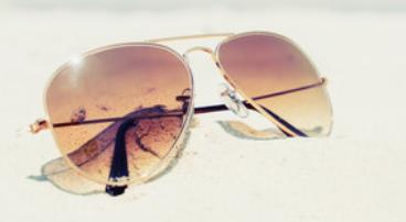 瞳孔が開かない薄い色のサングラスを選ぶ