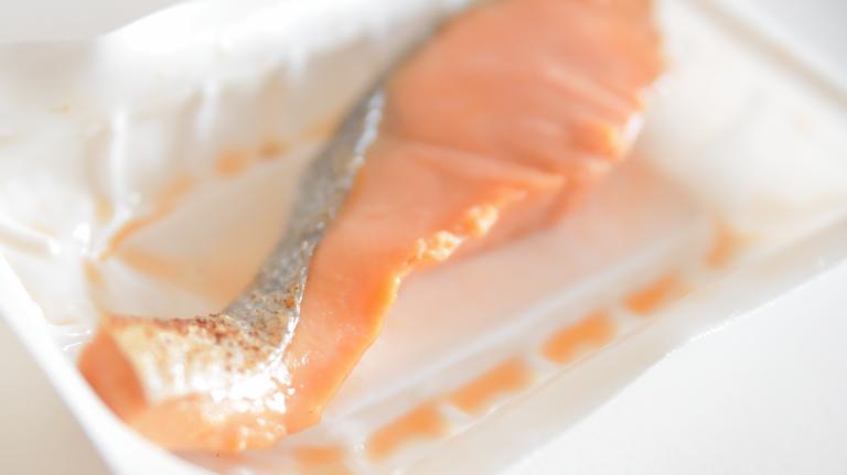 鮭は切り身の細い側にしっかり脂がのっていた